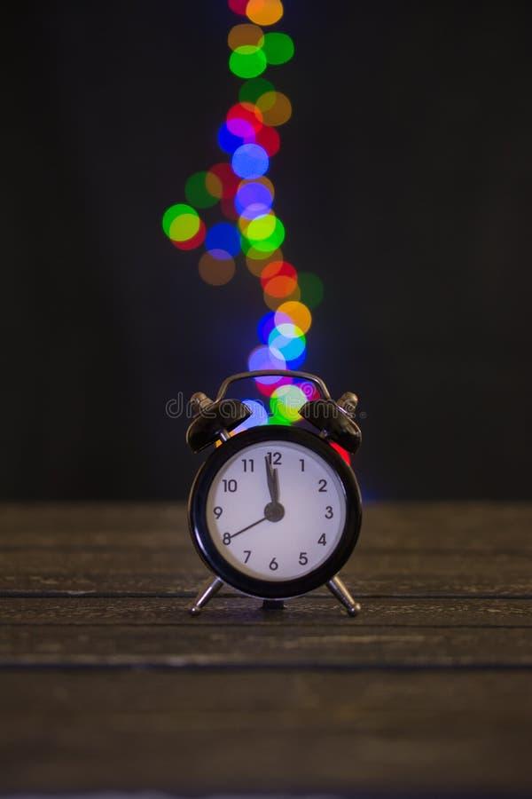 Magia zegar na drewnianym stole zdjęcie stock