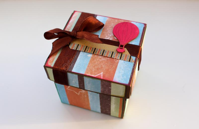 Magicbox το δώρο κιβωτίων απομόνωσε το λευκό Ένα δώρο για διακοπές στοκ φωτογραφίες