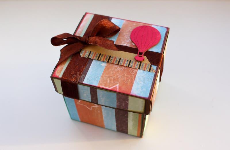 Magicbox pojedynczy white pudełko prezent Prezent dla wakacje zdjęcia stock