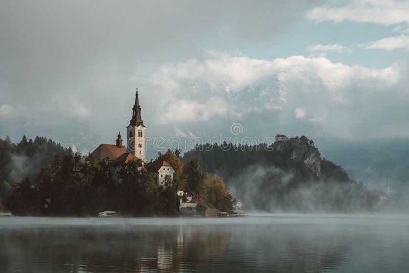 Magicial morining Krwawiącym jeziorem w Slovenia zdjęcie royalty free