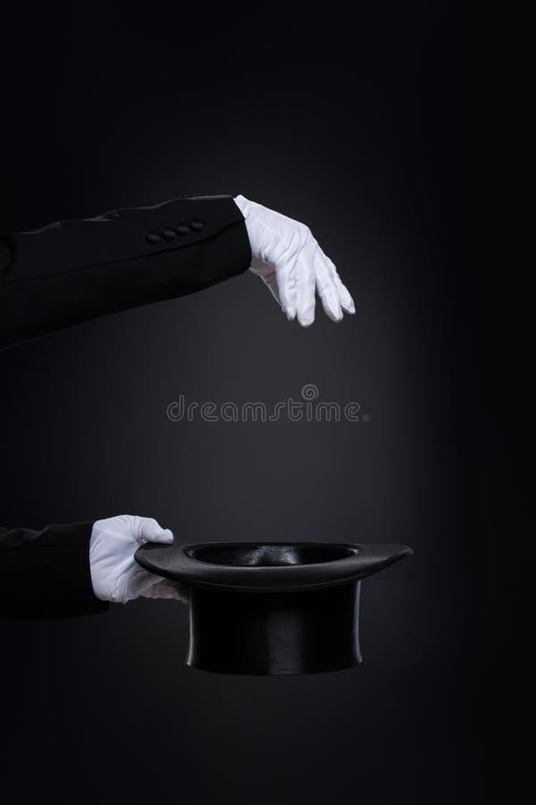 Magicianˈs ręki w białych rękawiczkach z odgórnym kapeluszem obraz stock