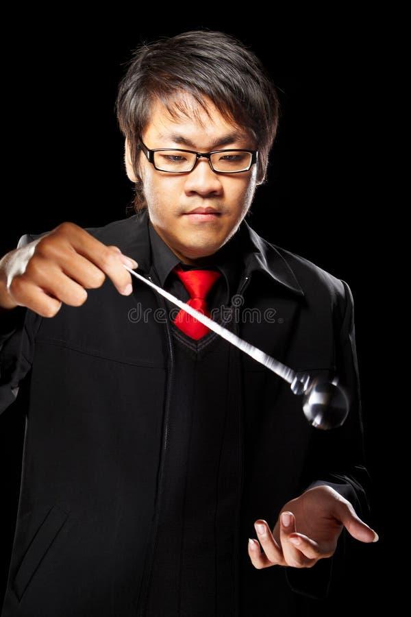 Magicien asiatique avec le pendule image stock