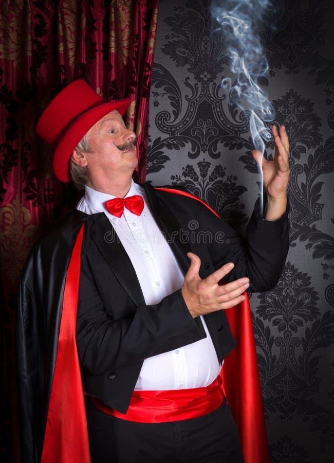 Magicien avec de la fumée dans sa douille photo libre de droits
