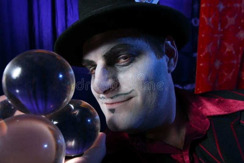 Magicien avec les billes en cristal photographie stock