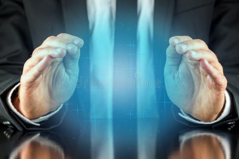 Magicien avec une lueur bleue en cristal photos libres de droits