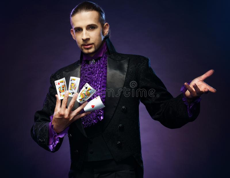 Magicien dans le costume d'étape image libre de droits