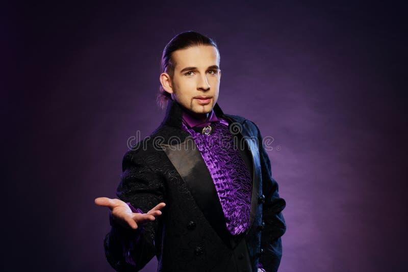 Magicien dans le costume d'étape photos libres de droits