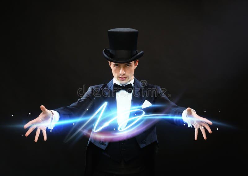 Magicien dans le tour d'apparence de chapeau supérieur photographie stock