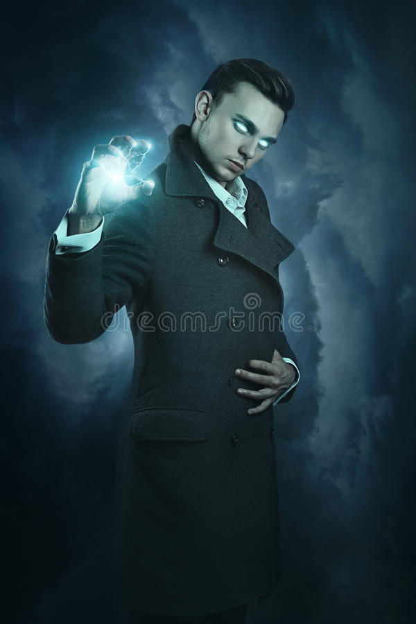 Magicien moderne appelle le tonnerre photos stock