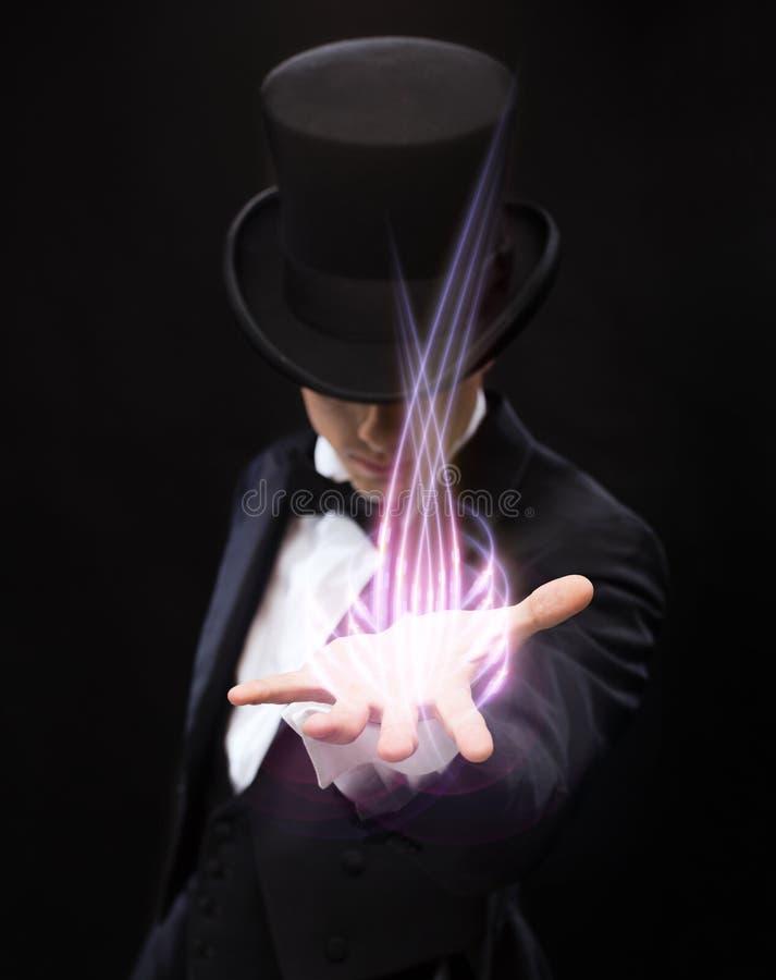 Magicien tenant quelque chose sur la paume de sa main image libre de droits