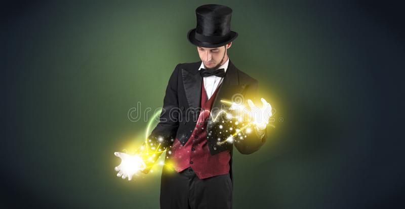 Magicien tenant sa puissance sur sa main photographie stock