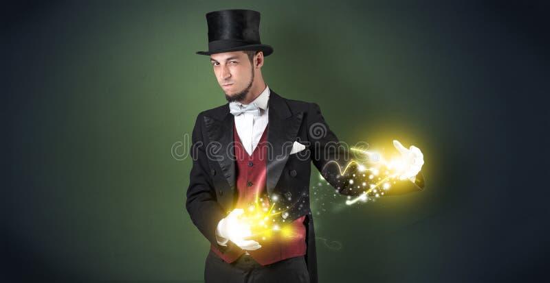 Magicien tenant sa puissance sur sa main photographie stock libre de droits