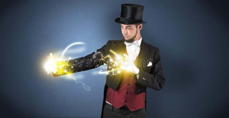 Magicien tenant sa puissance sur sa main photo stock