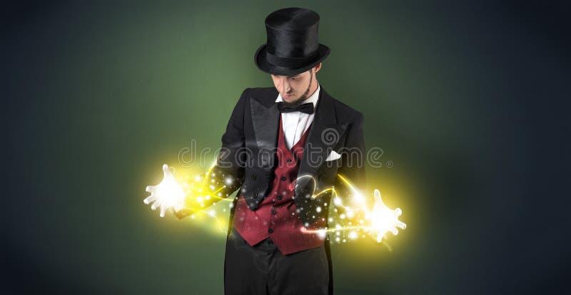 Magicien tenant sa puissance sur sa main image libre de droits