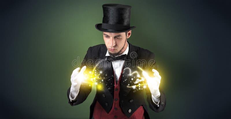 Magicien tenant sa puissance sur sa main photos libres de droits