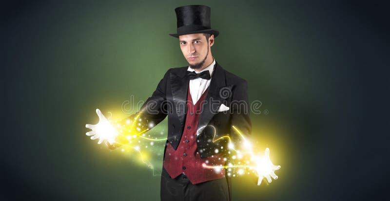 Magicien tenant sa puissance sur sa main images libres de droits