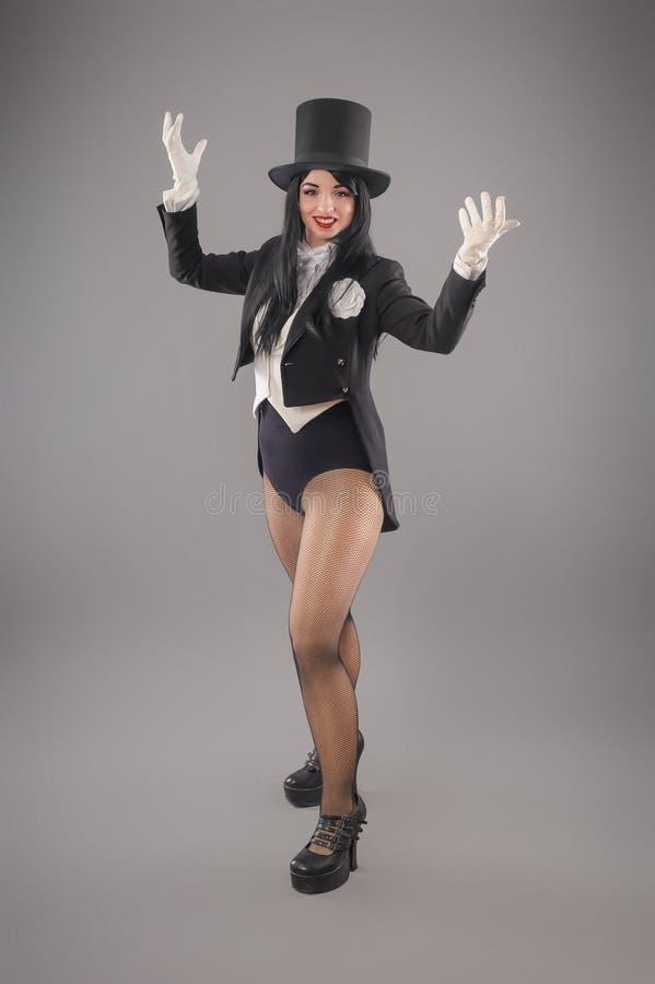 Magicienne de femme dans le costume de costume faisant le performan magique d'imagination images stock
