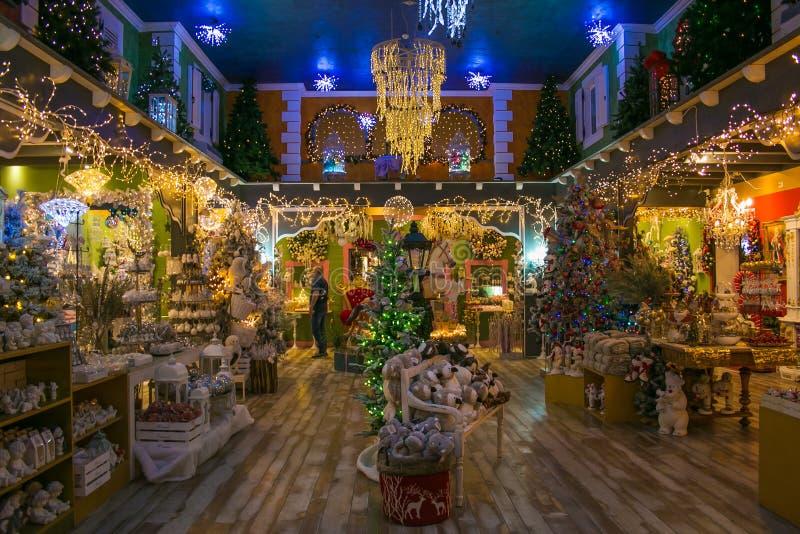 Magiczna atmosfera przy salowym królowanie Święty Mikołaj sklep zdjęcia stock