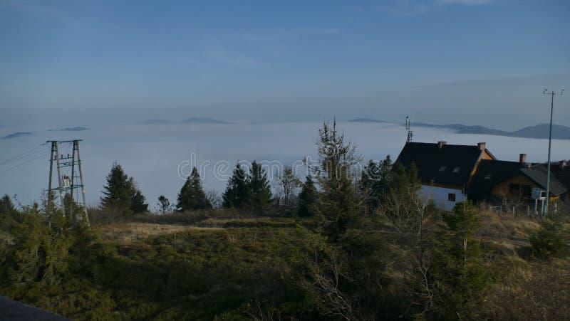 Magiczna inwersja chmury w górach zdjęcie royalty free
