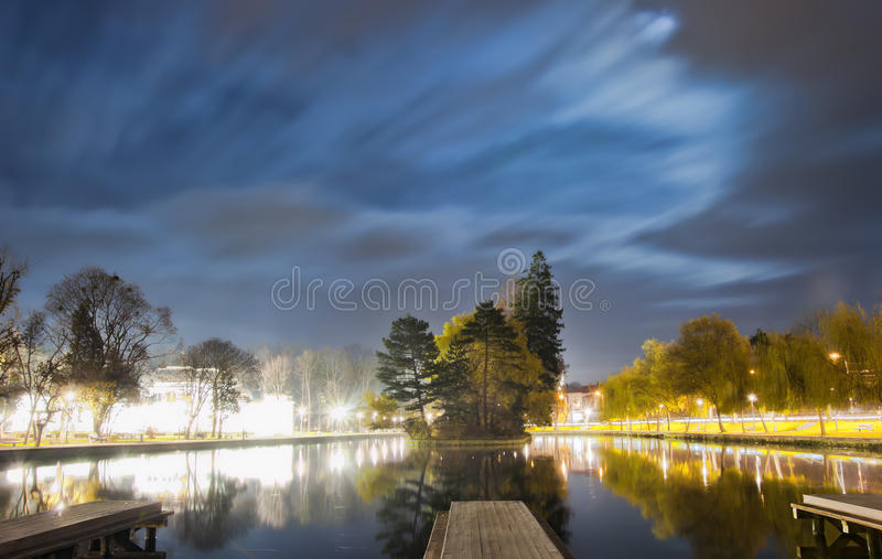 Magiczna noc w parku fotografia stock