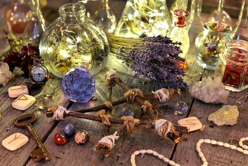 Magiczna obrządkowa kolekcja z butelkami, lawendowymi kwiatami, pentagramem, runes i kryształami, zdjęcia stock