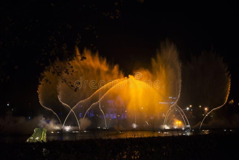 Magiczna wodna fontanna podczas muzycznego przedstawienia obrazy royalty free