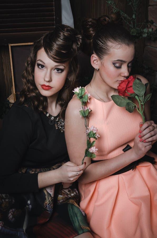 Magicznego portreta romantyczna piękna para ładna dziewczyna z eleganckim włosy, moda uzupełniał, czerwone wargi, rocznik suknia fotografia stock