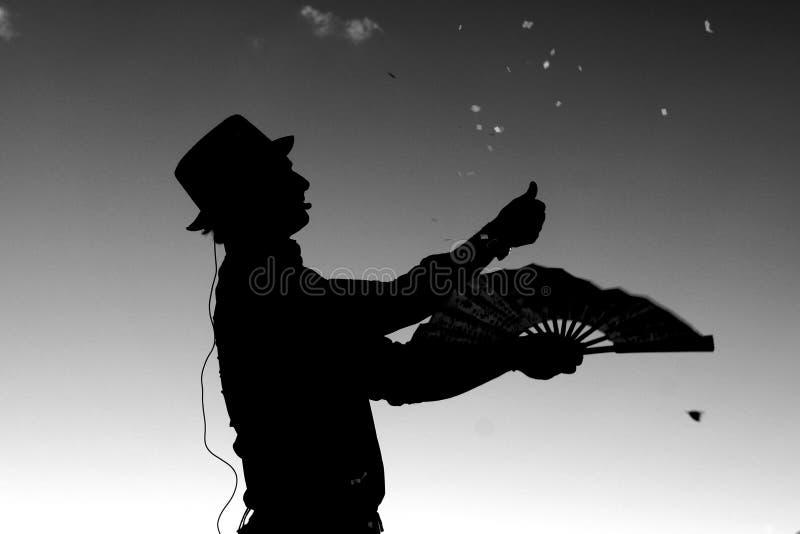 Magicznego przedstawienia wykonawcy męska sylwetka outdoors fotografia stock