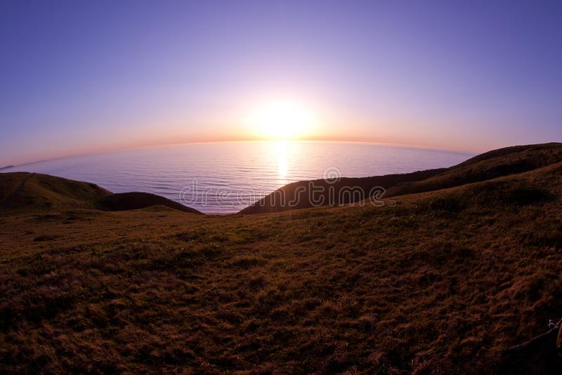 Magicznego punktu Reyes widoku słońca oceanu spokojnego ustalony round fotografia stock