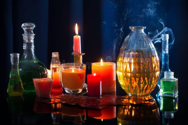 Magiczni napoje miłośni na błękitnym tle obrazy stock