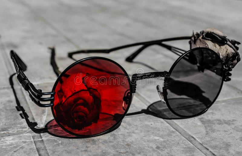 Magiczni szkła i 2 róży fotografia stock