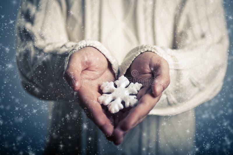 Magiczny płatek śniegu w rękach obrazy stock