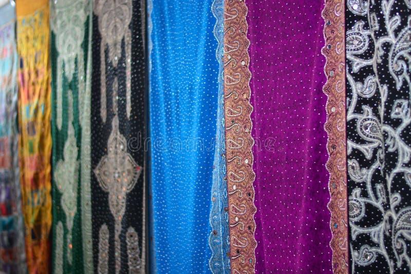 Magiczny wschód, pełnie i jedwabnicze tkaniny z różnorodność kolorami wspominającymi szczęście i tęcza, nasz oczy z bawełną, zdjęcia stock