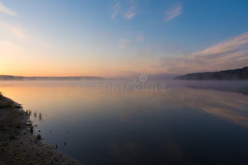 Magiczny wschód słońca nad jeziorem obraz stock