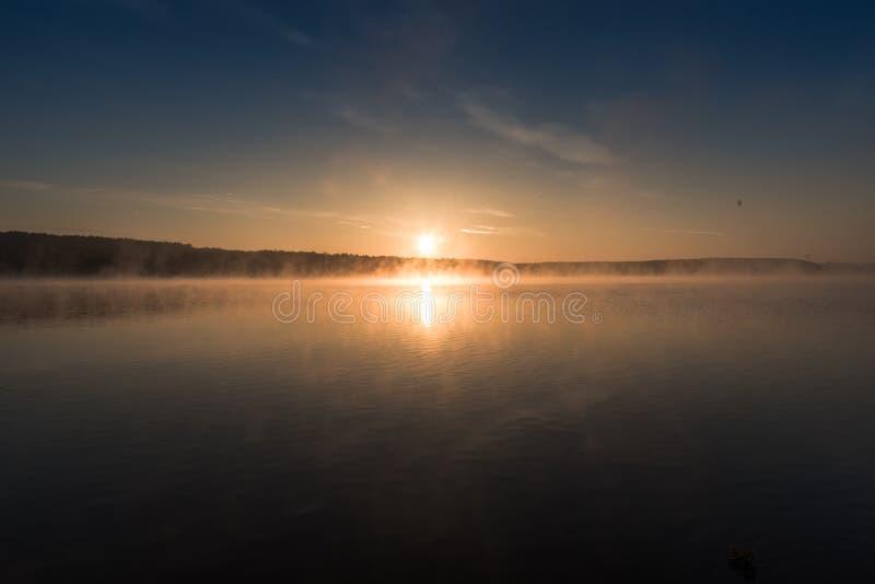Magiczny wschód słońca nad jeziorem zdjęcia royalty free