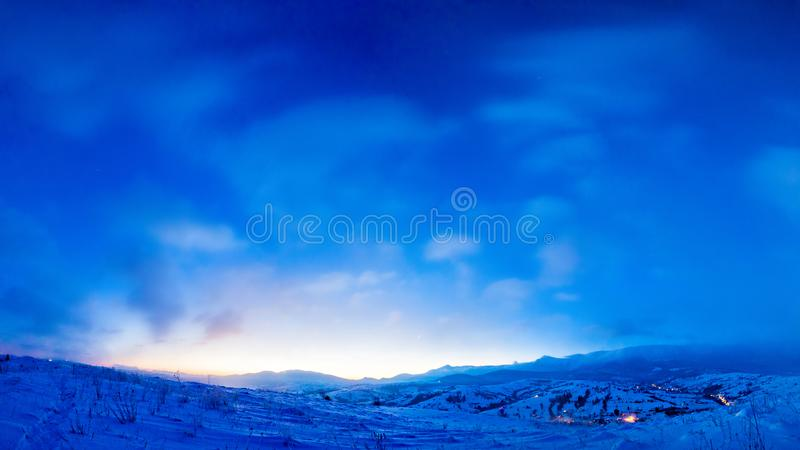 Magiczny wschód słońca w górach Stycze? 33c krajobrazu Rosji zima ural temperatury Piękny niebieskie niebo na mroźnym ranku obraz stock