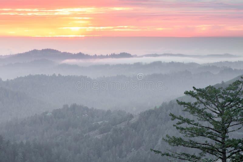 Magiczny zmierzch nad Santa Cruz górami fotografia stock