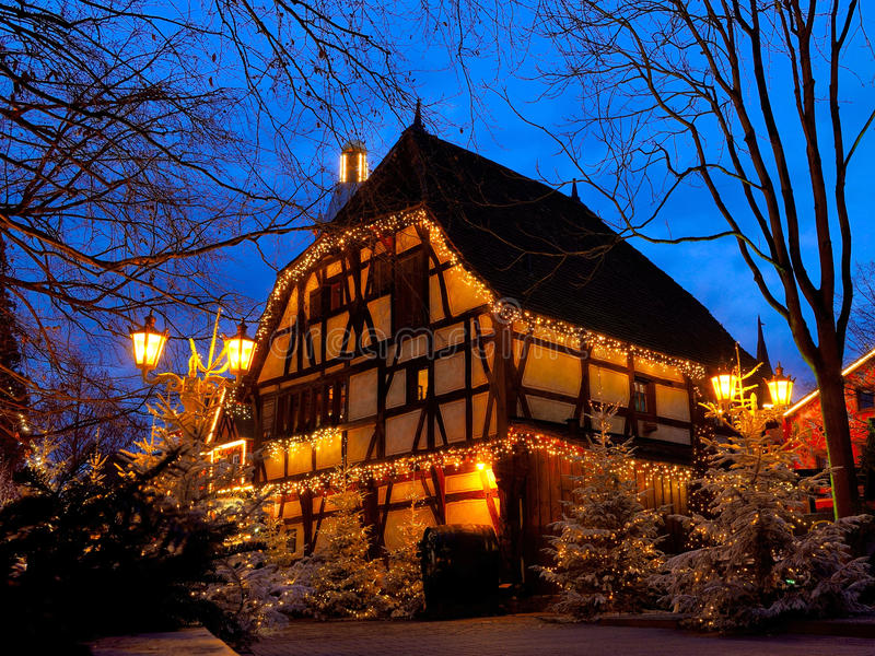 Magie à colombage de Noël de maison par nuit photo stock