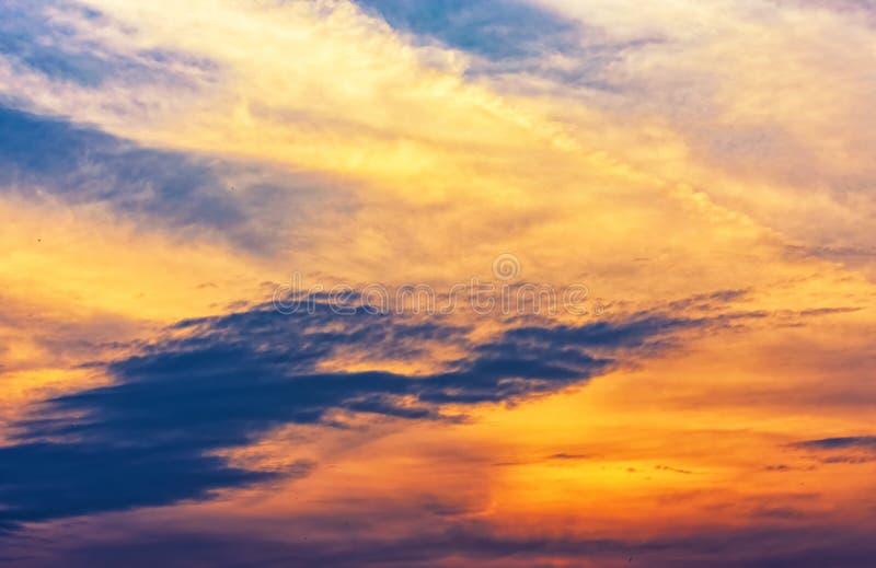 Magie crépusculaire de couleur de ciel avec des nuages photos libres de droits