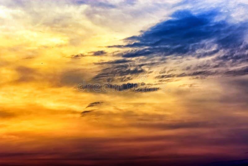 Magie crépusculaire de couleur de ciel avec des nuages photo libre de droits