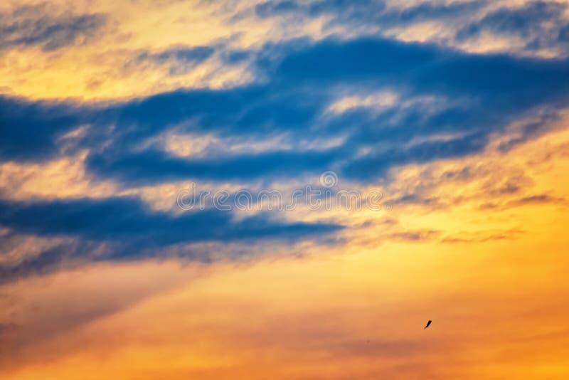Magie crépusculaire de couleur de ciel avec des nuages photos stock