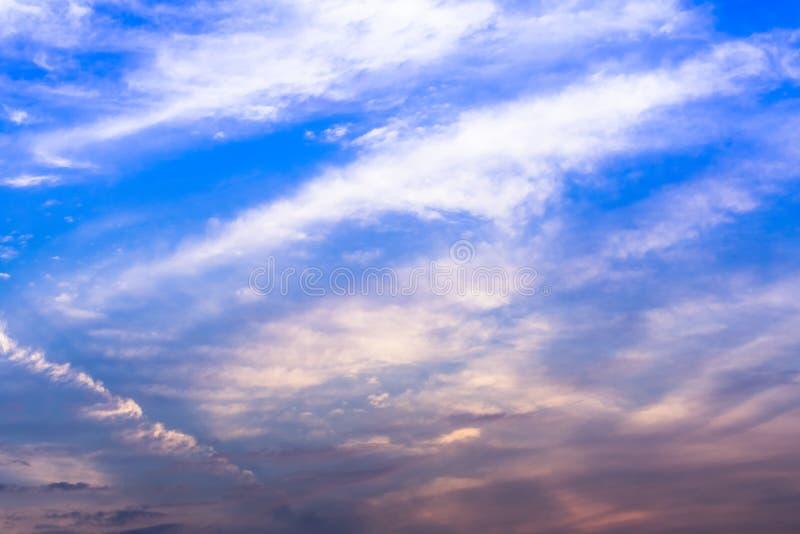 Magie crépusculaire de couleur de ciel avec des nuages images stock