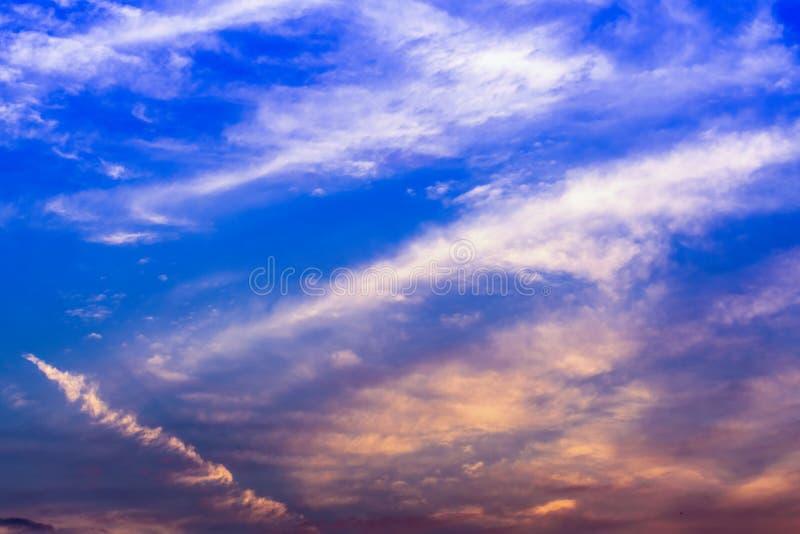 Magie crépusculaire de couleur de ciel avec des nuages image libre de droits