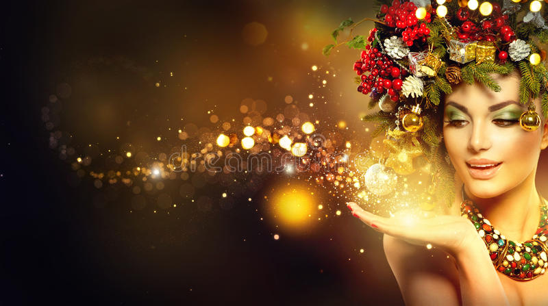 Magie de Noël Modèle de beauté au-dessus de fond brouillé par vacances photo libre de droits