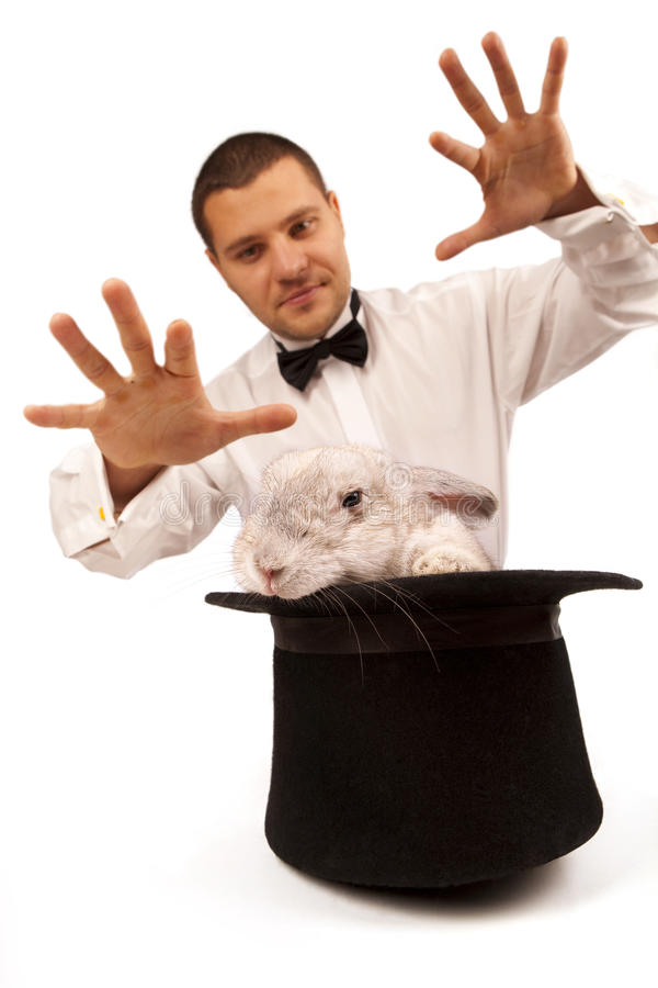 Magier, der mit einem Kaninchen beschwört stockfotos