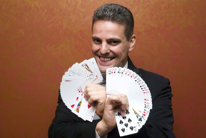 Magier, der mit Karten durchführt lizenzfreie stockbilder