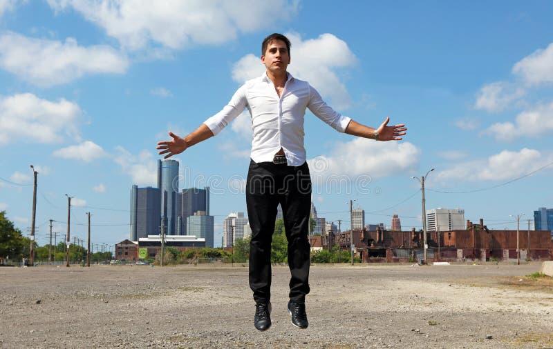 Magier in Detroit Michigan, das Straßenmagie in verlassenem Gebäude an der Bewegungsstadt tut stockbilder