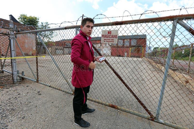 Magier in Detroit Michigan, das Straßenmagie in verlassenem Gebäude an der Bewegungsstadt tut stockfoto