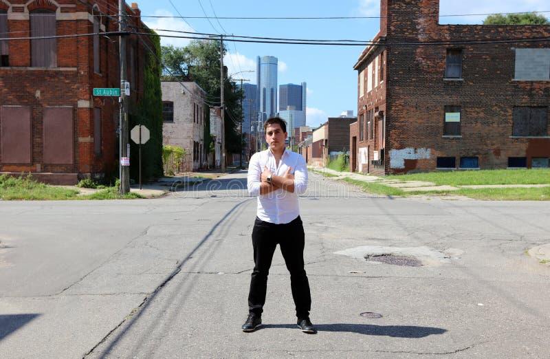 Magier in Detroit Michigan, das Straßenmagie in verlassenem Gebäude an der Bewegungsstadt tut stockbild