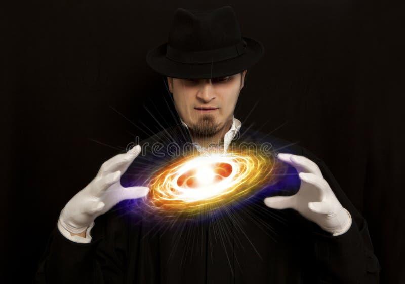 Magier im Zylindervertretungstrick stockfoto